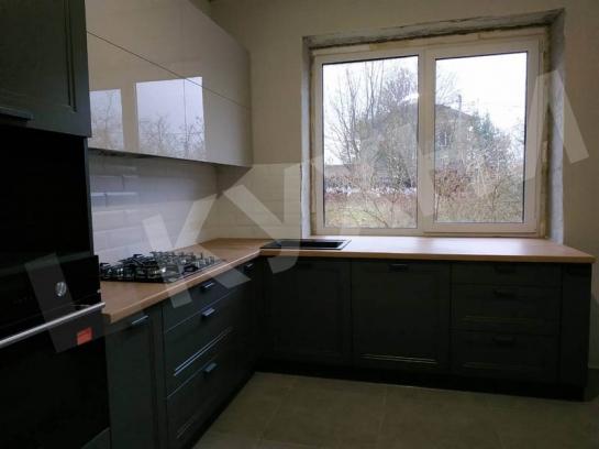 Фасады верхние из Акрила цвет Светло-серый, нижние фасады МДФ Эйвон цвет Вольфрам Серый