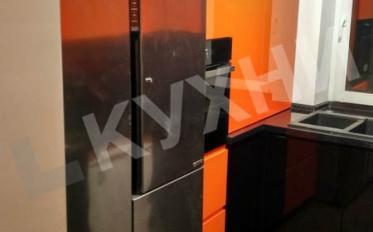 Крашеный МДФ с интегрированной ручкой цвет RAL 2009 глянец/ RAL 9005 глянец